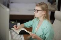 動画サイトで学習する女性